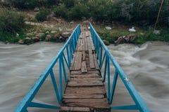 Kleine Brücke in den Hochgebirgealpen Stockbilder
