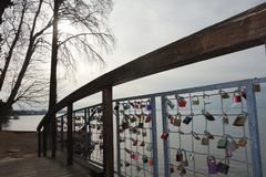 Kleine Brücke mit Vorhängeschlössern auf See Garda, Italien stockfotos