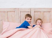Kleine Brüder, die im Bett spielen Kinder, die in einem modernen Schlafzimmer vor sleeptime spielen Stockfotografie