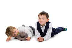 Kleine Brüder, die zusammen liegen Stockfoto