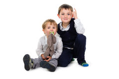Kleine broers die samen zitten Stock Foto