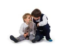 Kleine broers die samen zitten Royalty-vrije Stock Foto's