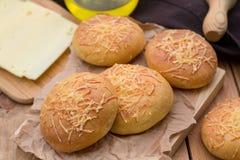 Kleine Brotbrötchen rollt mit Käse Lizenzfreie Stockbilder