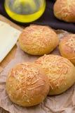 Kleine Brotbrötchen rollt mit Käse Stockfotos