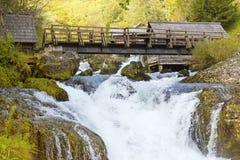 Kleine brug op daling met molens aan elke kant Royalty-vrije Stock Afbeeldingen