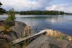 Kleine brug op een meer Stock Afbeeldingen