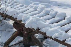 Kleine brug over de stroom in de beken van natuurreservaatolenyi in het gebied van Sverdlovsk stock afbeelding