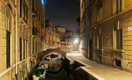 Kleine brug over een kanaal stock afbeeldingen