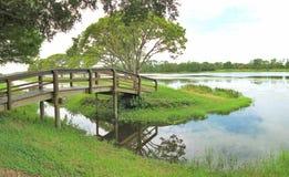 Kleine brug over het water   Stock Foto's
