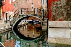Kleine brug over kanaal in Venetië Stock Foto