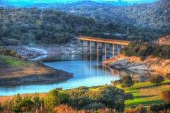 Kleine brug over Monteleone-meer in Sardinige stock afbeeldingen