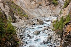 Kleine brug over rivier in Himalayagebergte royalty-vrije stock foto's