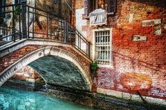 Kleine brug in Venetië stock afbeeldingen