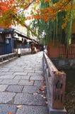 Kleine Brugmening bij gion Kyoto in Japan Stock Afbeeldingen