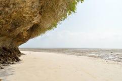 Kleine Bucht mit einem Felsen auf dem weißen Sand Lizenzfreies Stockbild