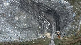 Kleine bulldozer op de stevig afvalstortplaats, Verontreiniging van afval stock footage