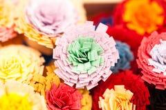Kleine, bunte Papierblumen Lizenzfreies Stockfoto