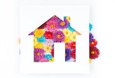 Kleine, bunte Papierblumen gemacht mit Rüschentechnik Stockfotografie
