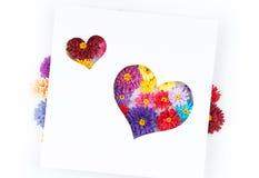 Kleine, bunte Papierblumen gemacht mit Rüschentechnik Stockfoto