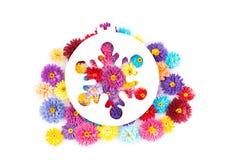 Kleine, bunte Papierblumen gemacht mit Rüschentechnik Stockfotos