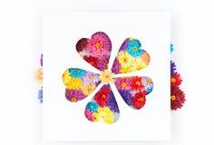 Kleine, bunte Papierblumen gemacht mit Rüschentechnik Lizenzfreie Stockfotos
