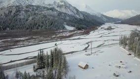 Kleine cabine in de struik Van Alaska stock videobeelden
