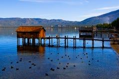 Kleine cabines op het meer Stock Foto