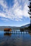 Kleine cabines op het meer Royalty-vrije Stock Foto