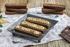 Kleine cacaocakes met geranseld buttercream op metaalplaat Stock Foto's