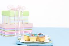 Kleine cakes die op een witte plaat zitten stock afbeelding