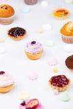 Kleine cakes met het verschillende vullen Stock Foto's