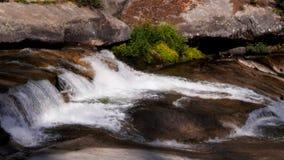 kleine cascade op illilouettekreek stock footage