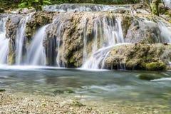 Kleine cascade op rivier Royalty-vrije Stock Fotografie