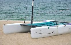 Kleine catamaran op strandzand Stock Foto's