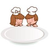 Kleine Chefkinder, die über einer leeren Platte schauen stock abbildung