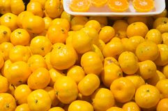 Kleine Chinese sinaasappel met één of andere plak van hen, achtergrondtextuur stock afbeeldingen