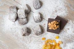 Kleine chocoladekoekjes met rozijnen en wallnuts Royalty-vrije Stock Afbeelding