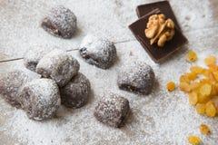 Kleine chocoladekoekjes met rozijnen en wallnuts Royalty-vrije Stock Afbeeldingen