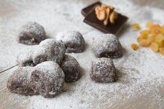 Kleine chocoladekoekjes met rozijnen en wallnuts Royalty-vrije Stock Foto