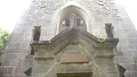 Kleine christendomkerk in het bos stock footage