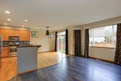 Kleine compacte keukenruimte met hardhoutvloer royalty-vrije stock afbeeldingen