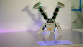 Kleine cyborgrobots, humanoids met gezicht en lichaamsdansen aan muziek stock video
