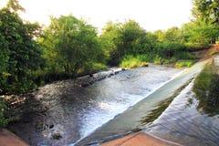 Kleine dam in landkant Royalty-vrije Stock Fotografie