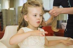 Kleine Dame, die ihre Nägel durchbrennt Lizenzfreies Stockbild