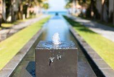 Kleine decoratieve fontein op hotelgebied. Royalty-vrije Stock Afbeeldingen