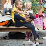Kleine deelnemers van het beklimmen van competities die bij het beklimmen van schoenen zetten royalty-vrije stock foto