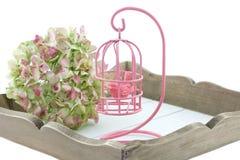 Kleine die birdcage op een dienen-dienblad op wit wordt geïsoleerd Stock Fotografie