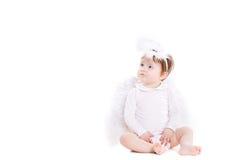 Kleine die engel met de vleugels op het wit worden geïsoleerd Stock Foto