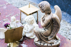 Kleine die engelen van marmer en brons worden gemaakt op een graf wordt geplaatst Stock Afbeeldingen