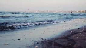 Kleine die golven op de kust van de bodem in motie wordt gefilmd stock video
